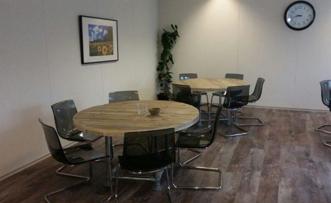 ronde-steigerhouten-tafels-inrichting-kantoorpand-den-haag(4)