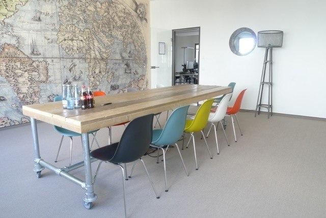 Steigerhouten kantoortafel met steigerbuizen-inrichting kantoorpand Den Haag