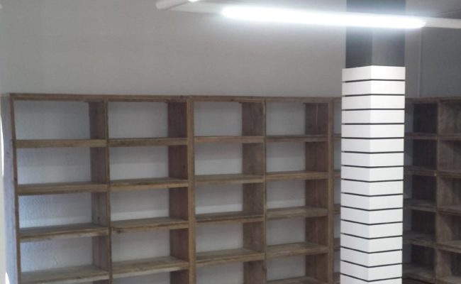 vakkenkast-steigerhout-retailinrichting-schoenenwinkel-venlo (3)